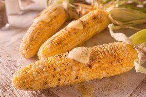 Maiskolben in Sommergemüse